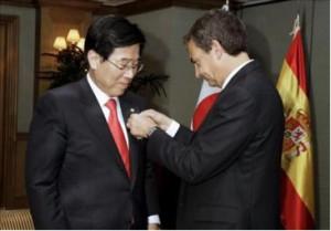 El ex presidente del gobierno de España Rodríguez Zapatero condecora al profesor Chul Park, autor de la primera traducción de El Quijote