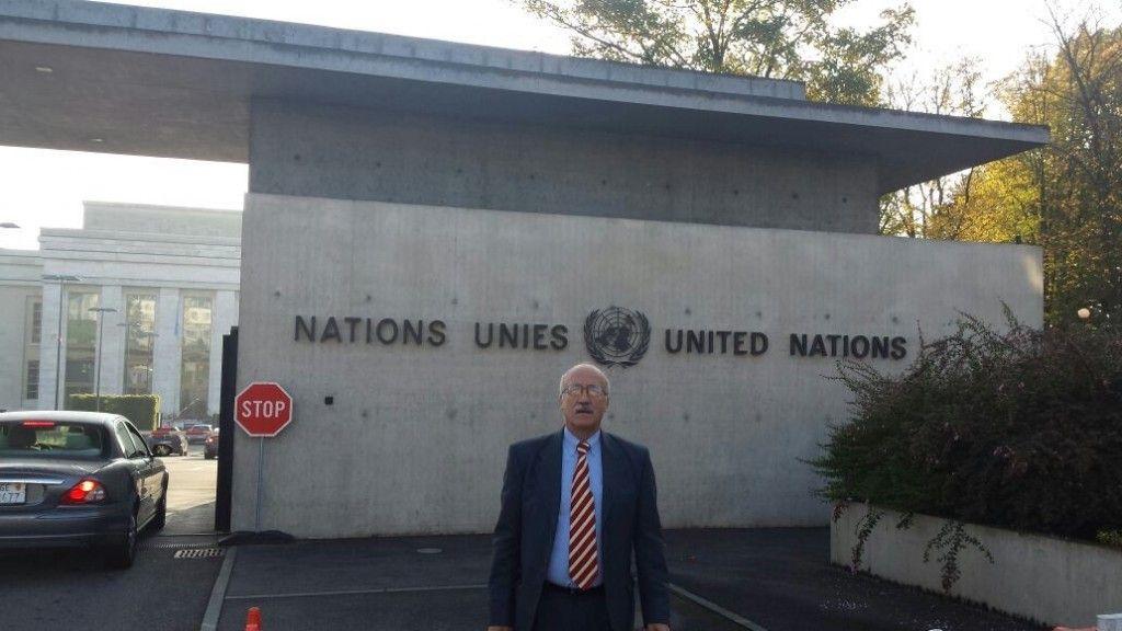 Santiago Castillo en la entrada a la Sede de las Naciones Unidas, en Ginebra